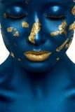 Mannequin de beauté avec les lèvres bleues de peau et d'or Images stock