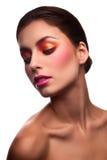 Mannequin de beauté avec les lèvres roses sur le fond d'isolement Images stock