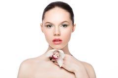 Mannequin de beauté tenant l'orchidée blanche à la station thermale photos libres de droits
