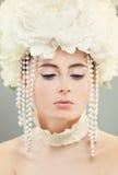 Mannequin de femme avec le maquillage et la guirlande de fleurs blanches Photos libres de droits