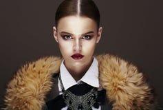 Beau mannequin strict à la mode dans le manteau de fourrure. Luxe Images stock