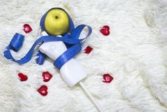 Mannequin de mesure blanc sur la taille avec le ruban métrique bleu, sur le fond blanc de fourrure photo stock