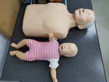 Mannequin de ressuscitation d'adulte et d'enfant photographie stock libre de droits