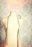 Mannequin de vintage avec le ruban métrique Photo stock