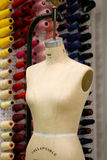 Mannequin della cucitrice con il workshop nella parte posteriore Immagini Stock
