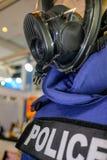 Mannequin in der Polizeiuniform und in tragender Sicherheitsmaske lizenzfreie stockfotos