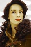 Mannequin in der Zeitschrift auf Verkauf der Winterkleidung Lizenzfreie Stockbilder