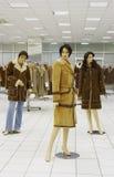 Mannequin in der Zeitschrift auf Verkauf der Winterkleidung Lizenzfreies Stockbild