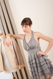 Mannequin die grijze kleding in ontwerperstudio probeert royalty-vrije stock afbeeldingen