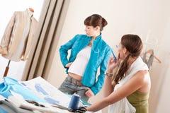 Mannequin die jasje in ontwerperstudio probeert stock foto