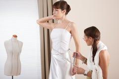 Mannequin die witte kleding door ontwerper past stock foto's