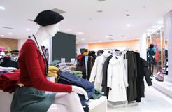 Mannequin e vestiti superiori in negozio fotografia stock