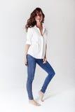 Mannequin in een blouse en jeans blootvoets Stock Foto
