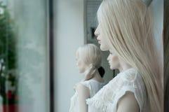 Mannequin in einem Frauenmode-Einkaufsspeicher Stockbild