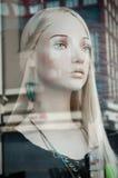 Mannequin in einem Modespeicher Lizenzfreie Stockfotos