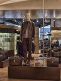 Mannequin in einer Abteilung der Kleidungs der Männer Stockbilder