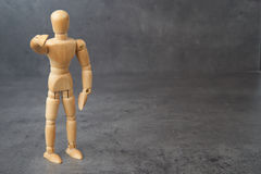 Mannequin en bois, marionnette, points son doigt à vous avec l'abondance du copyspace photos libres de droits