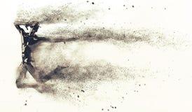 Mannequin en plastique noir abstrait de corps humain avec disperser des particules au-dessus du fond blanc Pose sautante d'action Photo stock