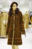 Mannequin en revue en vente du vêtement de l'hiver Image libre de droits