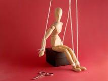 Mannequin et ciseaux en bois Photographie stock libre de droits