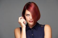 Mannequin femelle élégant avec les cheveux rouges courts photos libres de droits