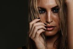 Mannequin femelle avec le maquillage de smokey photos libres de droits