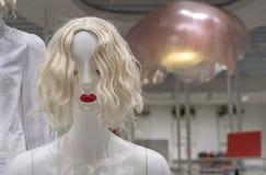 Mannequin femelle blanc dans un magasin d'habillement Simulacre femelle image stock