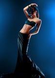 Mannequin femelle magnifique utilisant la jupe noire supérieure et longue photographie stock