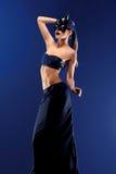 Mannequin femelle magnifique utilisant la jupe noire supérieure et longue photographie stock libre de droits