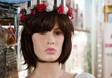 Mannequin femelle présenté dans un magasin d'habillement photo libre de droits