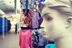 Mannequin femelle sur le marché d'habillement Photos stock