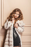 Mannequin Girl de beauté dans le manteau de fourrure blanc de vison Photo libre de droits