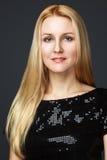 Mannequin Girl Portrait met Blauwe Ogen en lang blond haar. Schoonheidsvrouw op een Zwarte Achtergrond wordt geïsoleerd die Royalty-vrije Stock Foto
