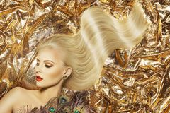 Mannequin Hairstyle et maquillage de beauté, cheveux de ondulation de femme image libre de droits