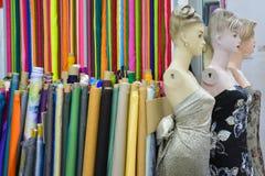 Mannequin lala i kolorowy tkanin rolek mody projekt zdjęcie royalty free