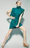 Mannequin magnifique fonctionnant dans la robe (bleue) verte Photo libre de droits