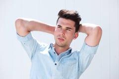 Mannequin masculin attrayant avec des mains dans les cheveux Image libre de droits