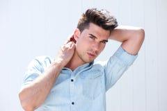 Mannequin masculin beau avec des mains dans les cheveux Photo stock