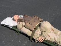 Mannequin militaire sur la civière Images stock