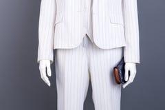 Mannequin mit blauer lederner Geldbörse Stockfotos