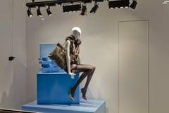 Mannequin nella vetrina di modo Fotografie Stock Libere da Diritti
