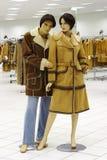 Mannequin no compartimento na venda da roupa do inverno imagem de stock