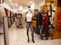 Mannequin no indicador da loja Imagem de Stock