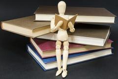 Mannequin obsiadanie na górze czytelnicze książki zdjęcie royalty free