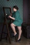 Mannequin plus de taille dans la robe de soirée verte, grosse femme sur le corps féminin intérieur et de poids excessif de luxe Image stock