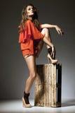 Mannequin posant sur le fond foncé Photographie stock
