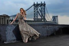Mannequin sexy stellen, dragend lange avondjurk op dakplaats royalty-vrije stock foto