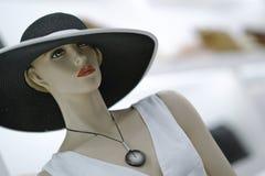 Mannequin trägt einen Hut lizenzfreie stockbilder