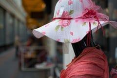Mannequin utilisant un chapeau Photo stock