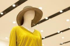 Mannequin w kobieta sklepie odzieżowym na lekkim tle zdjęcia royalty free